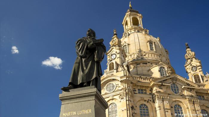 Martin Luther Denkmal mit der Frauenkirche Dresden
