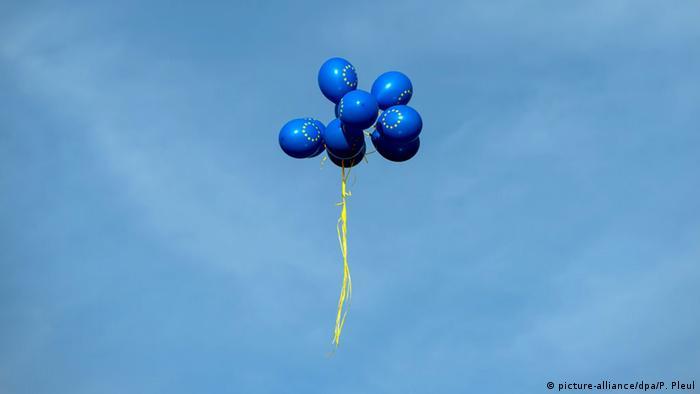 Поднимающиеся в небо воздушные шарики с эмблемой ЕС