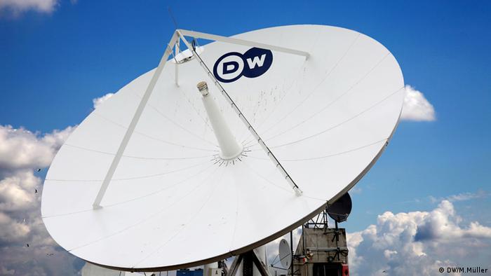 Спутниковая тарелка с надписью DW