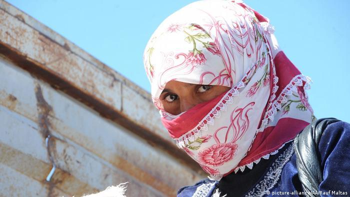 تصویر یک زن در میان گروه تروریستی داعش