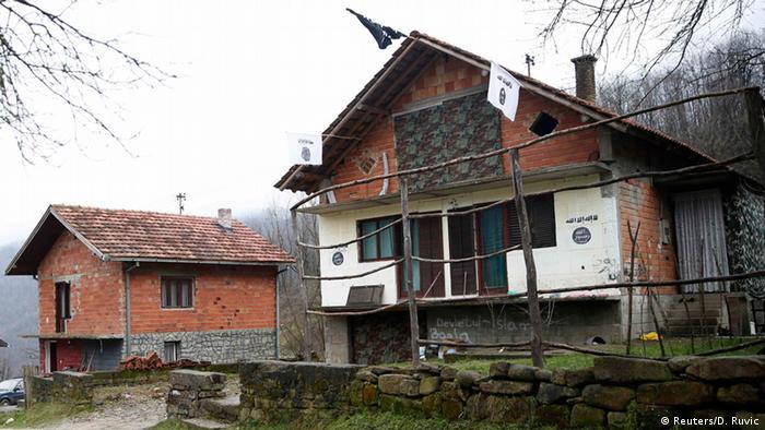 IS Flaggen in Gornja Maoca Bosnien und Herzegowina