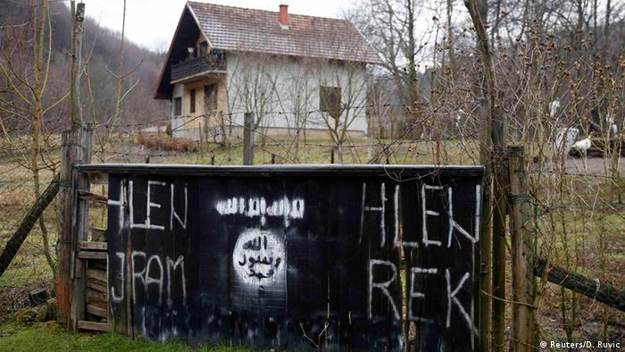 IS Flaggen in Gornja Maoca Bosnien und Herzegowina (Reuters/D. Ruvic)