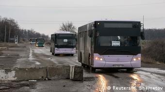 Busse für Flüchtlinge aus Debalzewe (Foto: Reuters)
