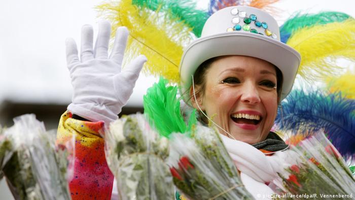 Kölner Comedy Queen Carolin Kebekus auf einem Karnevalswagen.