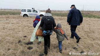 Serbische Polizei nimmt illegale Auswanderer aus Kosovo an der Grenze zu Ungarn fest
