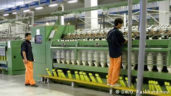 Рабочие на ткацкой фабрике