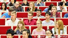Deutschland Universität Leipzig Studenten im Hörsaal Vorlesung