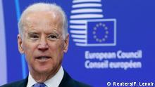 Joe Biden sob um fundo com o logotipo do Conselho Europeu