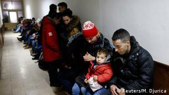 Serbische Polizei nimmt illegale Auswanderer aus Kosovo an der Grenze zu Ungarn fest (Foto: Reuters)