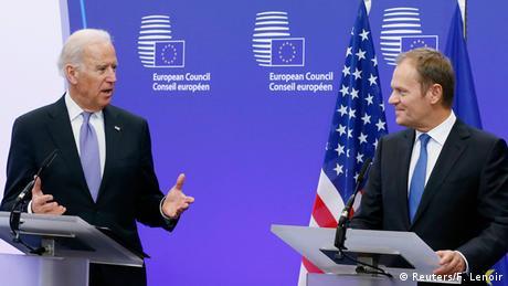 O vice-presidente dos EUA, Joe Biden (esq.), e o presidente do Conselho Europeu, Donald Tusk, concedem uma entrevista coletiva conjunta em Bruxelas, em 6 de fevereiro de 2015