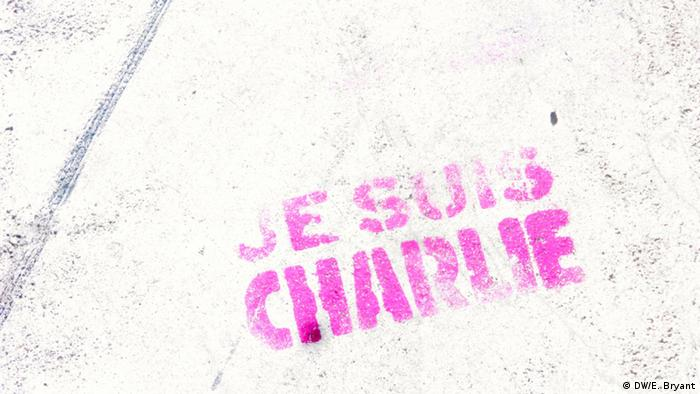 Fading fraffiti on a wall in Paris redas Je suis Charlie