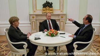 Bundeskanzlerin Merkel und Frankreichs Präsident Hollande verhandeln in Moskau mit dem russischen Präsidenten Wladimir Putin über den Ukraine-Konflikt (Foto: AP Photo/Alexander Zemlianichenko)