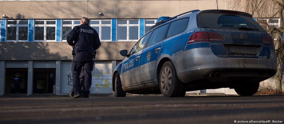 Policiais patrulham centro de requerentes de asilo em Dortmund