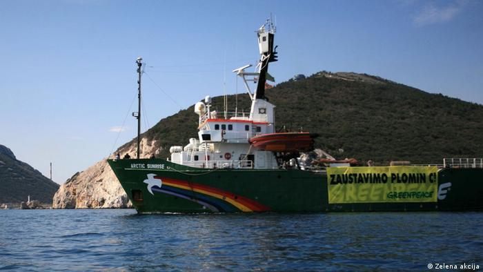 Brod Greenpeacea Arctic Sunrise s transparentom