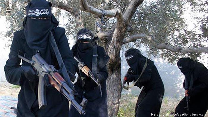 Propagandavideo der IS-Miliz zeigt voll verschleierte Frauen mit Gewehren (Foto: Syriadeeply.org/S/dpa)
