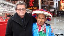 Der mexikanische Regisseur Nicolás Echevarría (Links) und seinen Hauptdarsteller: der huichol kunstler Santos de la Torre (Rechts) DW/Eva Usi, Berlin Feb 2015