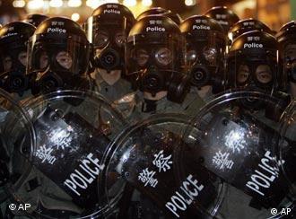 Presencia policíaca durante la conferencia de la OMC en Hong Kong en el 2005.