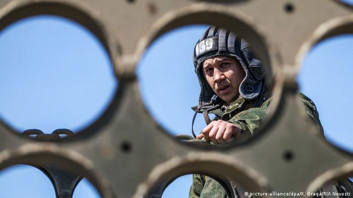 Russland Soldat bei Militärübung Symbolbild