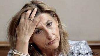 Die Bürgermeisterin der italienischen Mittelmeerinsel Lampedusa, Giusi Nicolini , sieht verzweifelt aus und hält ihren Kopf in der Hand gestützt. (Foto: imago/Insidefoto)