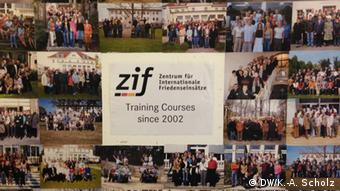 Zentrum für internationale Friedenseinsätze: Wand mit Fotos der ausgebildeten Friedenshelfer (Foto: DW/Scholz)