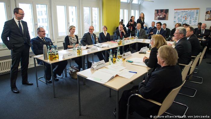 Gauck bei einem Workshop im Zentrum für internationale Friedenseinsätze (Foto: dpa)