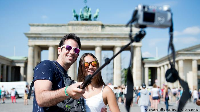 Tourists at Brandenburg Gate in Berlin, Copyright: picture-alliance/dpa/B.V. Jutrczenka