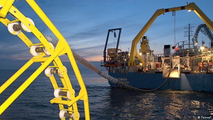 Специальное судно прокладывает подводную ЛЭП