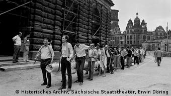 Workers carrying in a massive curtain in Dresden. Copyright: Historisches Archiv, Sächsische Staatstheater/Erwin Döring