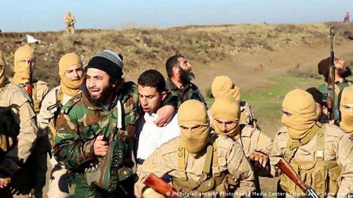 IS Kämpfer nehmen den jordanischen Piloten Muas al-Kasasba fest