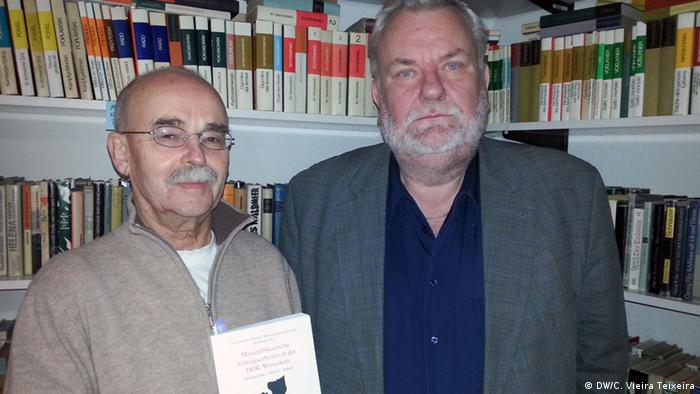 Ralf Straßburg (esq.) e Ulrich van der Heyden (dir.), autores do livro Trabalhadores Moçambicanos Contratados na Economia da República Democrática Alemã: Contexto - Desenvolvimento - Consequências