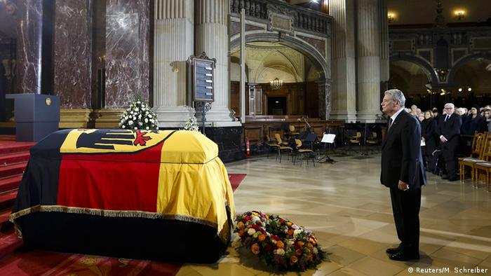 President Gauck paying his tribute to his predecessor (Photo: Reuters/Markus Schreiber)