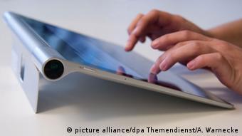 Symbolbild: eine Frau schreibt auf einem Tablet