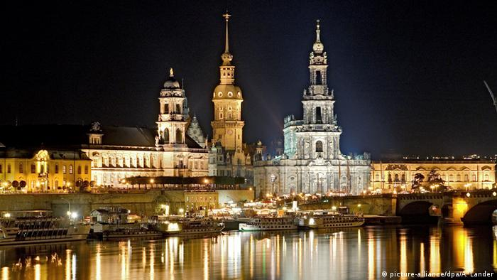 Deutschland Dresden Türmen der Katholischen Hofkirche