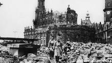 ARCHIV Zwei Trümmerfrauen bei Aufräumarbeiten vor der zerstörten Hofkirche in Dresden. +++(c) dpa - Report+++