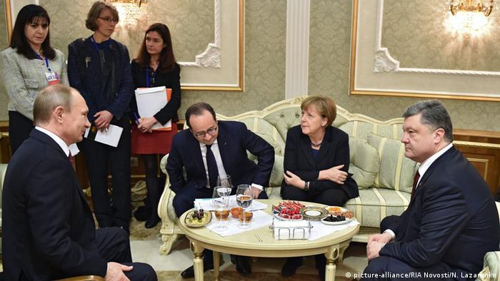 Путин, Порошенко, Меркель и Олланд беседуют за столом на саммите нормандской четверки в Минске