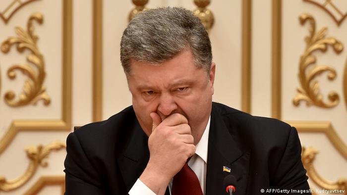 Президент Украины Петр Порошенко зевает от усталости после ночных переговоров в Минске по урегулированию кризиса в Донбассе