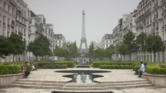 Tianducheng, a cópia chinesa de Paris, permanece em grande parte desocupada anos após a construção
