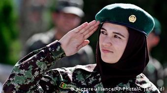 Военнослужащая афганской армии отдает честь