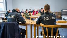 12.2.2015*** Zwei Beamte der Bundespolizei stellen am 12.02.2015 in Passau (Bayern) die Daten mehrere Flüchtlinge fest. Diese waren zuvor in Zügen oder auf der Autobahn bei Kontrollen aufgegriffen worden. Bayern schlägt wegen drastisch steigender Asylbewerberzahlen aus dem Kosovo Alarm - und hat umgehende Gegenmaßnahmen beschlossen. Foto: Marc Müller/dpa (Zu dpa Schleusergeschäft für Kosovaren lukrativer als Drogenhandel) pixel