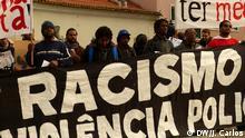 12.02.2015 *** Demonstration in Portugal gegen Polizeigewalt und Rassismus Schlagworte: Portugal, Lissabon, Parlament, Polizeigewalt, Rassismus Foto DW/João Carlos Demonstration vor dem portugiesischen Parlament gegen Polizeigewalt und Rassismus. Die Demonstranten klagen, dass Polizisten Jugendliche in Cova da Moura (in der nähe von Lissabon) diskriminierten.