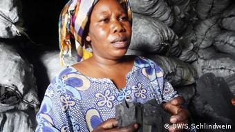 Holzkohleverkäuferin im Ostkongo Foto: Simone Schlindwein