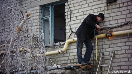 Welder repairing pipe in the cold in Ukraine (Photo: Filip Warwick)