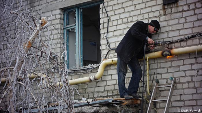 Welder repairing pipe in the cold in Ukraine (Photo: Filip Warwick)