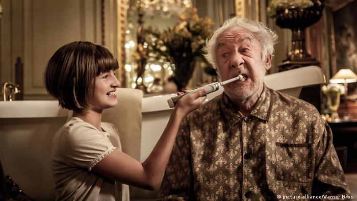 A woman brushing the teeth of an old man/ Film scene of Head Full of Honey(picture-alliance/Warner Bros.)