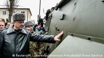 Ukraine Petro Poroschenko besichtigt britisches gepanzertes Fahrzeug Saxon
