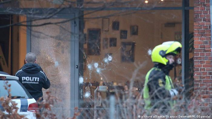Contra el café donde se celebraba el debate se registraron decenas de disparos con armas automáticas.