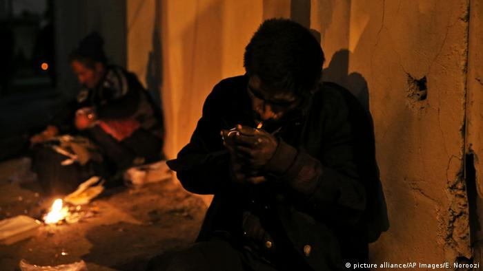 A crystal meth addict used drugs on Tehran street (picture alliance/AP Images/E. Noroozi)