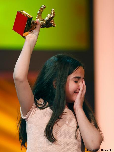 خواهرزاده جعفر پناهی با چشمان گریان خرس طلایی برلیناله را به نمایندگی از داییاش دریافت کرد