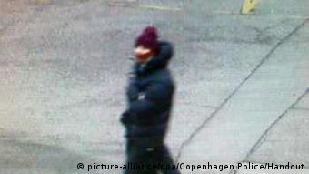 La policía ha publicado una imagen del supuesto atacante, que tendría entre 25 y 30 años y mediría aproximadamente 1,85 metros.