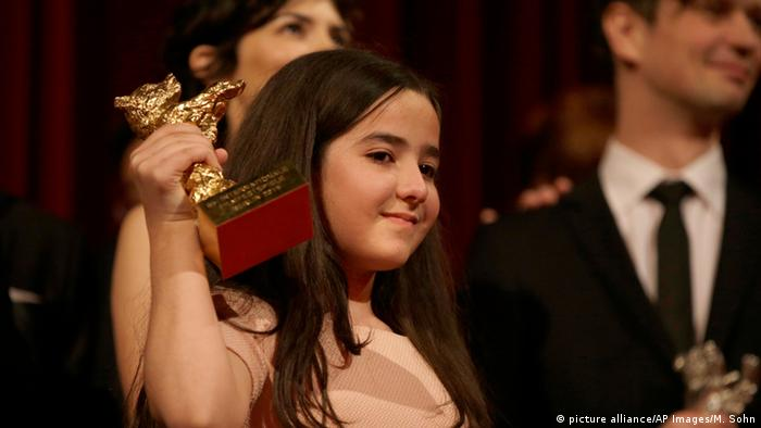 Hana Saeidi, niece of banned Iranian Director Jafar Panahi, holds the Golden Bear for the best film for 'Taxi' in 2015 (picture alliance/AP Images/M. Sohn)
